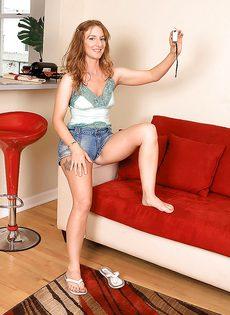 Рыжая девушка сексуально снимает с себя одежду - фото #1