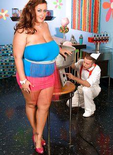 Толстая девушка развлекается с продавцом сладкой ваты - фото #1