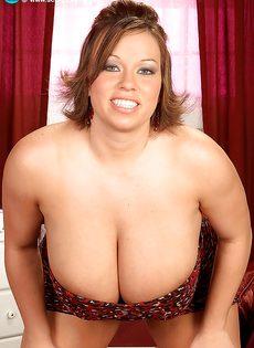 Горячая толстушка решила похвастаться здоровенными дойками - фото #3