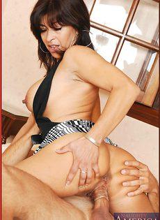 Трахает латинскую женщину в презервативе - фото #11