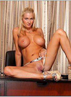 Блондинка с большой грудью расположилась на полу - фото #9