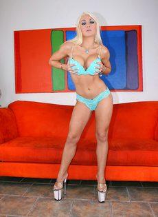 Умопомрачительная блондинка в красивом нижнем белье - фото #1