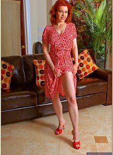 Рыжая женщина с силиконовой грудью дразнит киской - фото #2