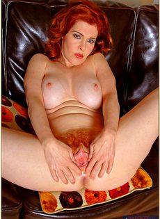 Рыжая женщина с силиконовой грудью дразнит киской - фото #14