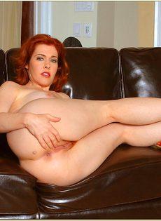 Рыжая женщина с силиконовой грудью дразнит киской - фото #16