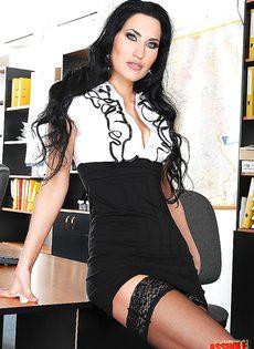 Шикарная секретарша в белом нижнем белье и черных чулках - фото #1