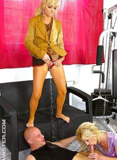 Золотой дождь и секс втроем с жаркими блондинками - фото #14