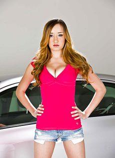 Двадцатилетняя блондинка обнажилась возле автомобиля - фото #1