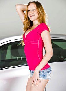 Двадцатилетняя блондинка обнажилась возле автомобиля - фото #2