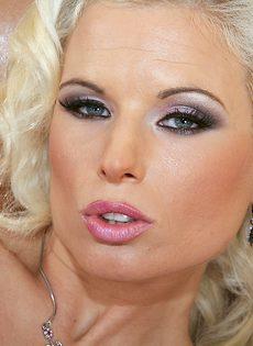 Анальная мастурбация блондинки с силиконовыми сиськами - фото #15