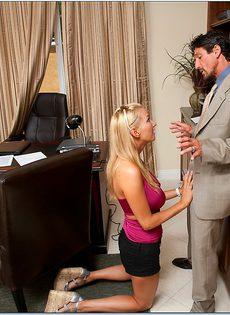 Начальник принимает на работу молоденькую блондинку - фото #2