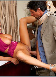 Начальник принимает на работу молоденькую блондинку - фото #6