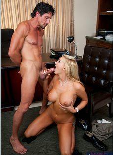 Начальник принимает на работу молоденькую блондинку - фото #15