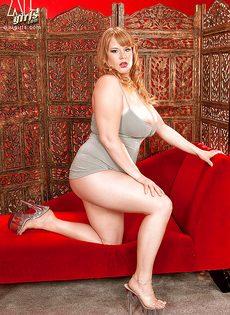 Толстая рыжая бестия с очень большими буферами - фото #2