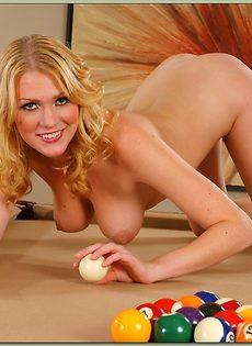 Блондинка в голубом нижнем белье играет в бильярд - фото #16