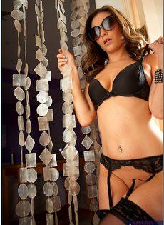 Гламурная брюнетка Victoria Lawson в сексуальных чулках - фото #2
