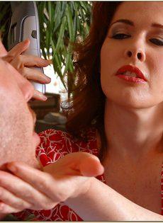 Шпарит рыжеволосую шлюшку в волосатую киску - фото #2