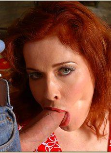Шпарит рыжеволосую шлюшку в волосатую киску - фото #6