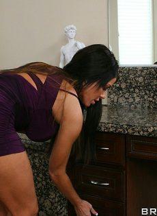 Вагинальный секс с длинноволосой брюнеткой в ванной - фото #2
