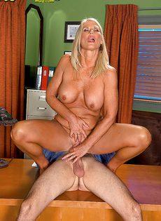 Старая блондинка уверенно садится пиздой на горячий член - фото #3