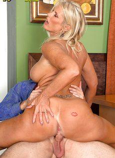 Старая блондинка уверенно садится пиздой на горячий член - фото #7
