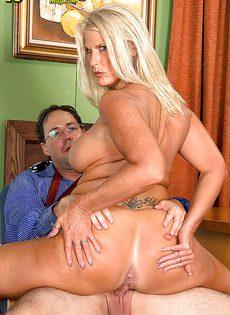 Старая блондинка уверенно садится пиздой на горячий член - фото #9