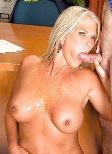 Старая блондинка уверенно садится пиздой на горячий член - фото #10