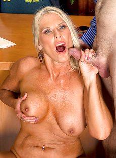 Старая блондинка уверенно садится пиздой на горячий член - фото #15