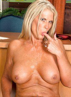 Старая блондинка уверенно садится пиздой на горячий член - фото #16