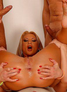 Групповое страстное порно с блондинистой потаскухой - фото #6