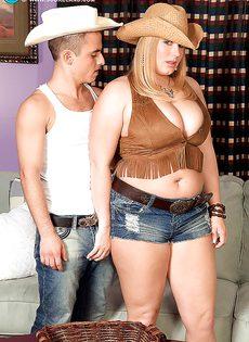 Молодой парнишка трахает женщину между больших сисек - фото #1