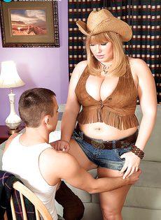 Молодой парнишка трахает женщину между больших сисек - фото #7