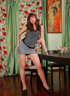 У худенькой бабенки между ног очень волосатая дыра - фото #1