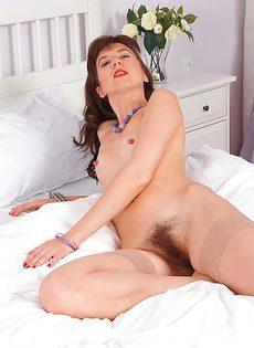 Волосатая дырка темноволосой бабенки крупным планом - фото #6