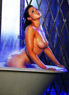 В ванной мастурбирует киску жгучая брюнетка Ava Rose - фото #13