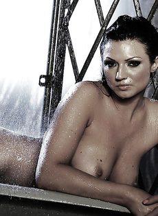 В ванной мастурбирует киску жгучая брюнетка Ava Rose - фото #14