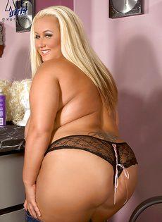 Жирная блондинка показала свои пышные дойки - фото #4