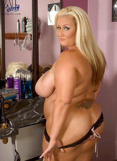 Жирная блондинка показала свои пышные дойки - фото #7