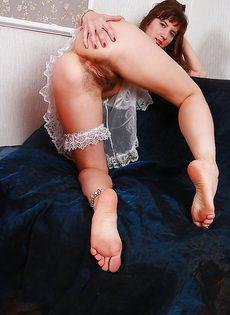 Брюнетка продемонстрировала волосатую промежность - фото #5