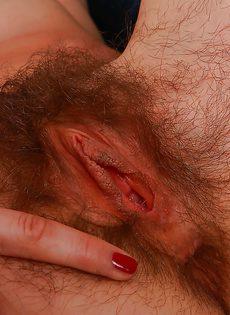 Брюнетка продемонстрировала волосатую промежность - фото #15