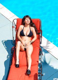 Очаровательная латинка в черном купальнике отдыхает у бассейна - фото #3