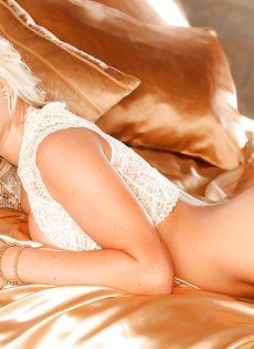 Восхитительная блондинка знает как соблазнить мужчину - фото #11