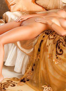 Восхитительная блондинка знает как соблазнить мужчину - фото #16