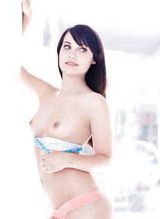 Нежная и чувственная брюнетка показала роскошное тело - фото #1