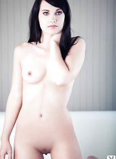 Нежная и чувственная брюнетка показала роскошное тело - фото #14