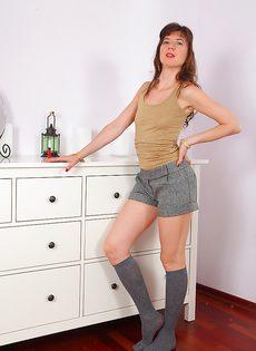 Женщина задирает ногу и показывает очень волосатую вагину - фото #1