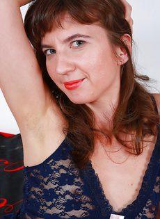 Очень волосатая промежность взрослой брюнетки - фото #1