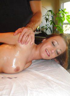 Мускулистый массажист удовлетворил клиентку на кушетке - фото #1