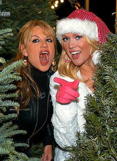 Трах с грудастыми блондинками возле новогодней елки - фото #1