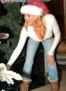 Трах с грудастыми блондинками возле новогодней елки - фото #3